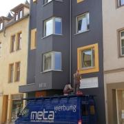 Der Unterbau der Fassadenbeschriftung wird montiert.